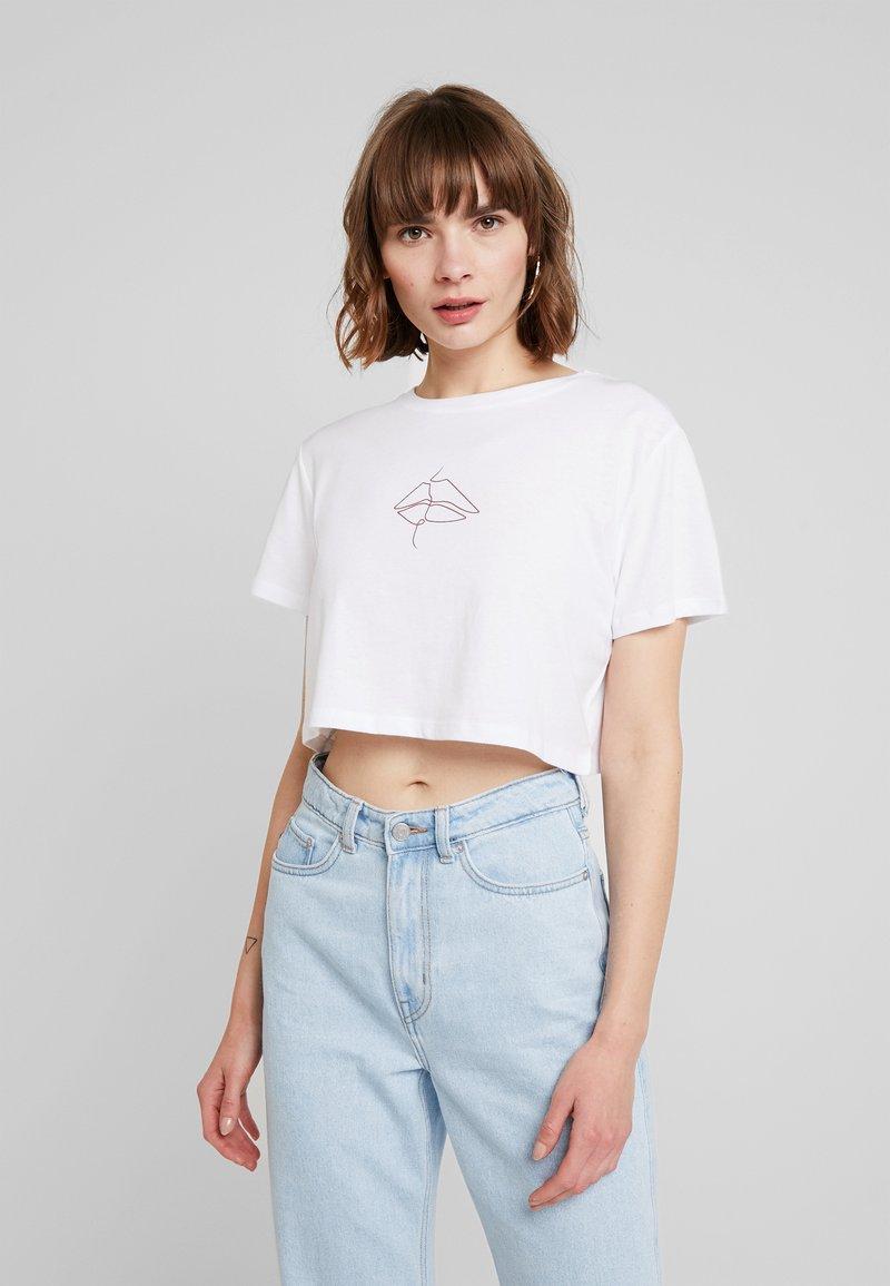 NA-KD - LIPP CROPPED TEE - Print T-shirt - white/red