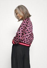 Emily van den Bergh - Bluser - black/pink - 2