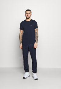 Lacoste Sport - TENNIS PANT TAPERED - Träningsbyxor - navy blue/white - 1