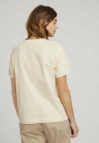 TOM TAILOR DENIM - MODERN TEE WITH ARTWORK - Camiseta estampada - soft creme beige - 2