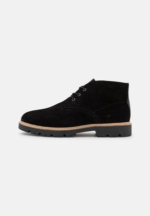 CHUKKA - Volnočasové šněrovací boty - black