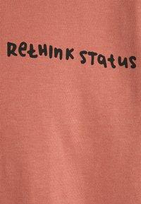 RETHINK Status - OVERSIZED UNISEX  - Print T-shirt - light mahogany - 2