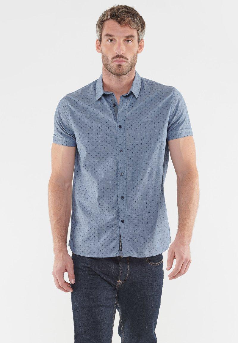 Le Temps Des Cerises - MIT ELEGANTEM ALLOVERPRINT - Shirt - blue