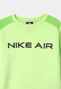 Nike Sportswear - AIR CREW - Sudadera - light liquid lime/key lime/black - 2
