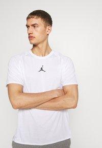 Jordan - ALPHA DRY - Print T-shirt - white/gym red/black - 2