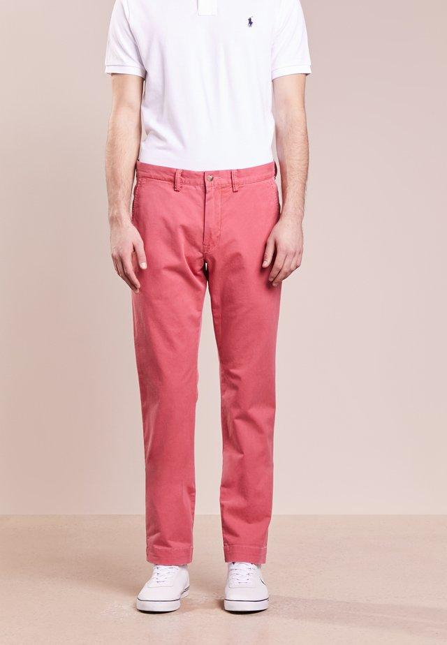 BEDFORD PANT - Chino kalhoty - nantucket red