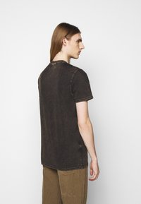 Han Kjøbenhavn - CASUAL TEE - Print T-shirt - brown acid - 2