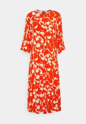 PEILAUS MURIKAT DRESS - Denní šaty - red/beige