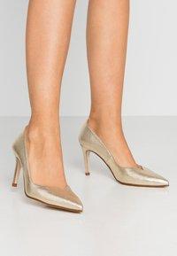 Paco Gil - MINA - Classic heels - vulcana platino - 0