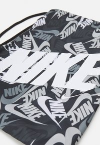 Nike Sportswear - KIDS GRAPHIC GYM SACK UNISEX - Drawstring sports bag - black/white - 3