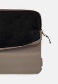 Rains - LAPTOP COVER QUILTED UNISEX - Taška na laptop - velvet taupe - 2