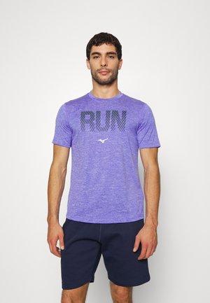 CORE GRAPHIC RUN TEE - Print T-shirt - violet blue