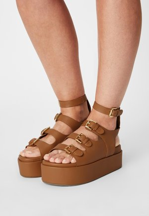 PARKER - Sandaalit nilkkaremmillä - tan