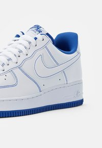 Nike Sportswear - AIR FORCE 1 STITCH - Sneakers laag - white/white-game royal - 5