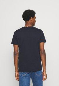 Tommy Hilfiger - CORP STRIPE BOX TEE - T-shirt z nadrukiem - desert sky - 2