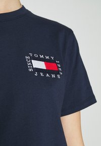 Tommy Jeans - HORIZONTAL STRIPE TEE - T-shirts med print - twilight navy - 5