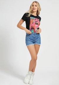 Guess - Print T-shirt - schwarz - 1
