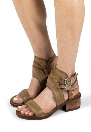 Sandały z cholewką - africa