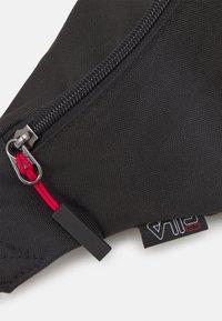 Fila - WAIST BAG SLIM ROSSO SMALL LOGO UNISEX - Ledvinka - black - 3