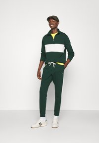 Polo Ralph Lauren - LOOPBACK TERRY PANT ATHLETIC - Träningsbyxor - college green/chic cream - 1