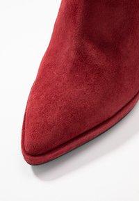 Lola Cruz - High heeled ankle boots - rojo - 2