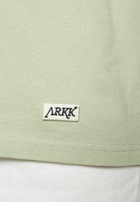 ARKK Copenhagen - BOX LOGO TEE - Basic T-shirt - swamp - 6