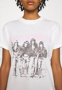 Cotton On - CLASSIC BAND - Camiseta estampada - off-white - 5