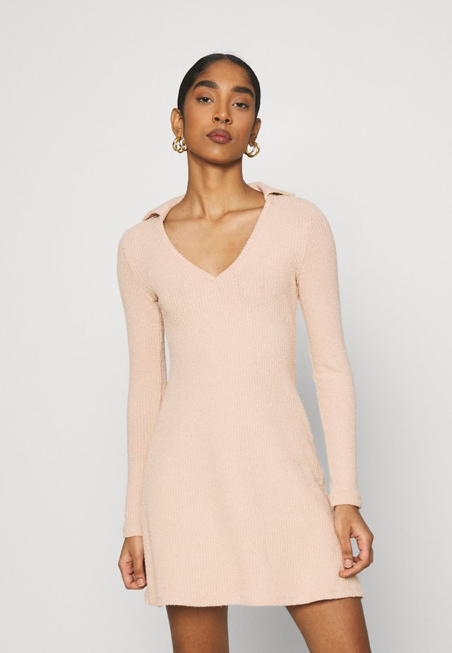 COLLARED COSEY MIDI - Sukienka dzianinowa - blush