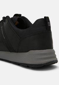 Caterpillar - QUEST MOD - Sneakersy niskie - black/medium charcoal - 6