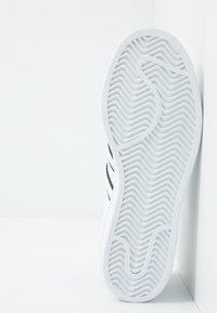 adidas Originals - SUPERSTAR - Sneakers laag - footwear white/collegiate royal/core black - 4