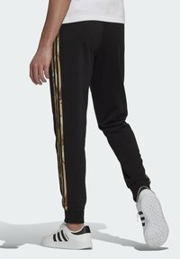 adidas Performance - CAMOUFLAGE PT ESSENTIALS SPORTS REGULAR PANTS - Pantalones deportivos - black - 1
