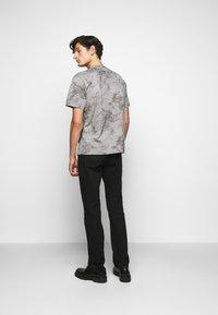 Theory - RACER TEE  - T-shirt imprimé - smoke - 2