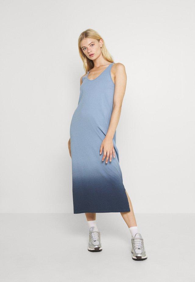 NMOMBRE CALF DRESS - Vestido ligero - faded denim/ombre dark denim