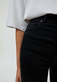 PULL&BEAR - MIT HOHEM BUND - Jeans Skinny Fit - mottled black - 5