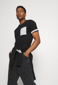 Only & Sons - ONSMATT LIFE LONGY CONTRAST TEE - Print T-shirt - black - 3