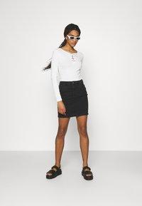 ONLY - ONLAMAZE SKIRT BOX - Mini skirt - black denim - 1
