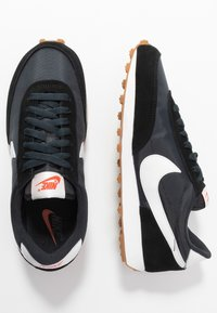 Nike Sportswear - DAYBREAK - Zapatillas - black/summit white/off noir/brown/team orange - 5