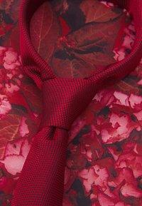Burton Menswear London - GEO TIE HANKIE SET - Corbata - red - 4
