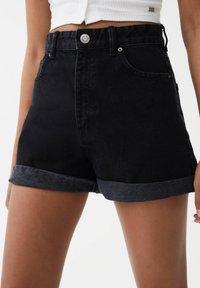 PULL&BEAR - MIT UMGESCHLAGENEM SAUM - Szorty jeansowe - dark grey - 4
