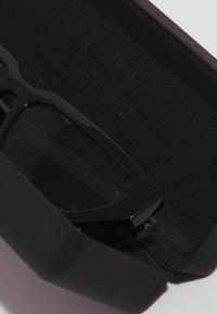 McQ Alexander McQueen - Sluneční brýle - black/smoke - 3