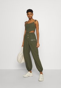 Missguided - SPORTING CLUB JOGGER - Tracksuit bottoms - khaki - 1
