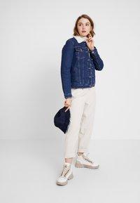 Tommy Jeans - REGULAR SHERPA JACKE - Kurtka jeansowa - mid blue - 1
