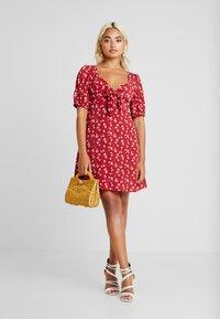 Fashion Union Petite - ROMINA - Hverdagskjoler - red - 2