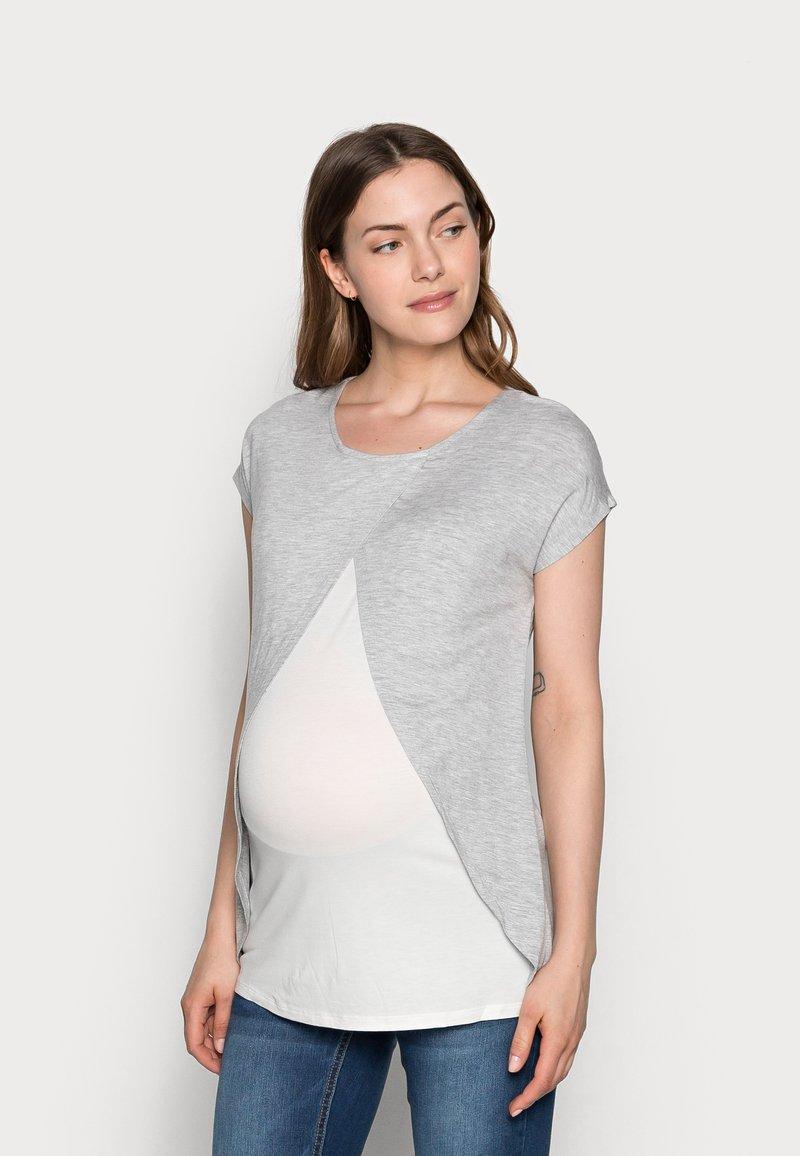 Anna Field MAMA - T-shirts med print - mid grey mélange