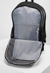 Under Armour - ROLAND  - Rucksack - graphite medium heather/black/white - 6