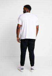 Levi's® Plus - BIG GRAPHIC TEE - T-shirt imprimé - indigo white - 2