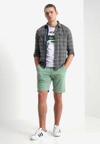 Superdry - INTERNATIONAL CHINO SHORT - Shorts - green tea - 1
