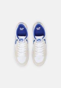 Nike SB - ADVERSARY UNISEX - Skate shoes - summit white/hyper royal/white gum/light brown - 3
