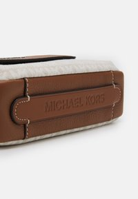 Michael Kors - UTILITY XBODY UNISEX - Across body bag - white/brown - 3