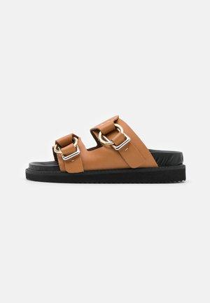 FIDJI - Pantofle - camel